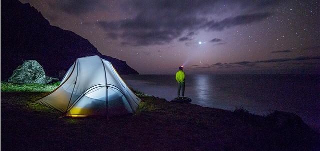 Zelt bei Nacht in welches ideal eine selbstaufblasende Isomatte passt.