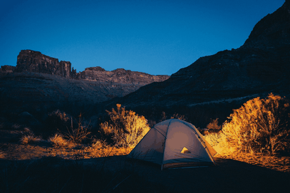 Weißes Zelt bei Nacht